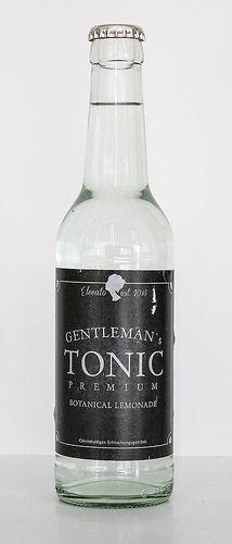 Ein elegantes schwarzes Label mit einem Logo in viktorianischem Stil und eine recht ungewöhnliche 0,33 Liter Flasche, die wir von anderen Limonaden kennen, bringen uns ein neues Tonic ins Haus. Gentleman's Premium Tonic ist keine verspielte oder aromalastige Bombe, sondern will ein vielseitiger Mixer sein. Die beiden jungen Studenten, die es entwickelt haben, setzen auf natürliche Inhaltsstoff ...