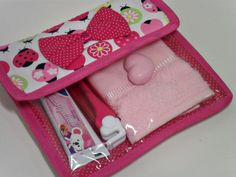 kit higiene em tecido passo a passo - Pesquisa Google Zipper Flowers, Tooth Fairy, Zipper Bags, Couture, Baby Quilts, Sunglasses Case, Sewing Projects, Coin Purse, Patches