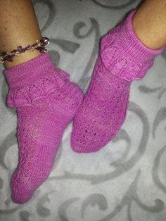 Design me, Tuija Pelkonen, no pattern. Ruffle socks. Yarn: 4 -ply hand dye by Birgit Reuter, merinomix (merino 75%, PA 25%). Frillasukat. Kuvassa ei ole virkattuja kukkia, jotka tehty myöhemmin ja ommeltu kiinni nilkan sileään osaan.