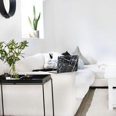 www.heidisperre.no White Lounge, Room With Plants, Modern Interior Design, Decor Styles, Amanda, Campaign, Room Ideas, Minimalist, Sofa