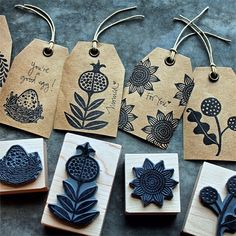DIY gift tags with a rubber stamp. Diy Stamps, Handmade Stamps, Stamp Printing, Printing On Fabric, Screen Printing, Printing Labels, Stamp Carving, Linocut Prints, Fabric Painting