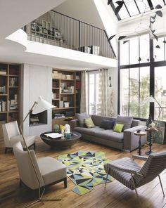 Salon design sous mezzanine avec un mobilier blanc cassé et gris