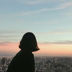 girl, sky, and sunset image Korean Aesthetic, Aesthetic Photo, Aesthetic Girl, Aesthetic Pictures, Tumblr Photography, Photography Poses, Foto Pose, Girl Short Hair, Jolie Photo