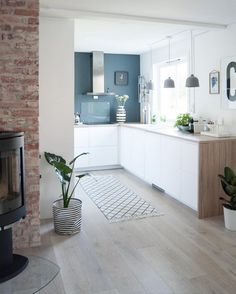 Avec un bar en plus Apartment Kitchen, Kitchen Interior, Kitchen Design, Small Appartment, Kitchen Flooring, House Rooms, Home And Living, Home Kitchens, Sweet Home