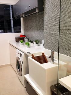 Área de serviço com cabideiro - a melhor dica para secar roupas em ambientes pequenos
