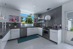 Weiße Küche mit grauer Arbeitsplatte und Fliesenspiegel | Zukünftige ...