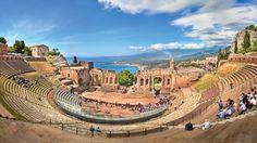 """Goethe a spus ca """"fara a vedea Sicilia, nu-ti poti face o idee despre Italia"""". Noi te invitam sa iti faci o idee despre Italiaintr-o vacantade 4 noptiin Taormina, la inceputul lunii octombrie ,incepand de la 167 euro de persoana cu zbor, cazare si transfer de la aeroport inclus. Clima:In octombrie, vremea nu este asa torida ca in lunile de vara siconformWikitravelsiTripadvisor,este recomandat sa vizitezi Sicilia primavara sau toamna, atunci cand temperaturile sunt maiplacu..."""