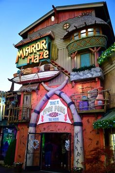 At over square feet, the Island Mirror Maze in Pigeon Forge is one of the country's largest mirror mazes! Log Cabin Rentals, Smoky Mountain Cabin Rentals, Pigeon Forge Cabin Rentals, Smoky Mountains Cabins, Downtown Gatlinburg Hotels, Chalets In Gatlinburg, Pigeon Forge Hotels, Pigeon Forge Attractions, Mirror Maze