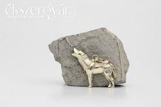 Üvöltő farkas 14 karátos arany féldomború arany medál Howling wolf. 14 carat yellow pendant.