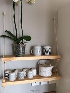 Étagère suspendue en bois, corde et perles : mon DIY - Hanging Shelves, Floating Shelves, Diy Hanging, Diy Bedroom Decor, Diy Home Decor, Garage Storage Cabinets, Diy Hacks, Kitchen Furniture, Shelving