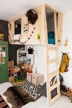 holzbett-auf-zwei-etagen-im-imteressanten-kinderzimmer - viele dekoartikel