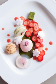 Sakura Full Blossom Plate It looks too pretty to be stuffed in my greedy mouth Dessert Chef, Dessert Mousse, Food Design, Cute Food, Yummy Food, Yummy Lunch, Desserts Japonais, Beautiful Desserts, Fancy Desserts
