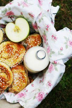 Cinnamon rolls with applecurd