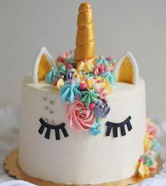 Ed eccola qui....la mia torta preferita, quella che spero che presto dovrò rifare per qualche compleanno, la torta che temevo e invece non è tra le più difficili che abbia mai fatto, la torta più elegante e chic che abbia mai visto, la torta che fa sognare, la torta che arriva leggermente in ritardo per la festa di Bianca di @chiarainpentola, la torta dei sogni... È lei la torta unicorno! Presto la pubblicherò sul blog, voi intanto esercitatevi con la sac a poche e la meringue swiss butter…