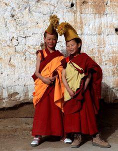 Eine unvergessliche Reise nach Tibet. Unterwegs begegnen wir oft nette Pilger und Mönche, die freundlich zu uns lächeln, aber kaum mit uns kommnieren können, weil wir die Sprachen nicht kennen.