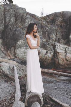 Sommerliches Brautkleid. Ein romantisches Brautkleid mit klaren Linien und faszinierender, leichter Wirkung. Das Oberteil bestehend aus blumiger Spitze, sowie der in Falten gelegte Rock verleihen diesem Kleid Leichtigkeit und Verspieltheit. Kurze, zarte Flügelärmel sorgen für einen sommerlichen Look und der tiefe Rückenausschnitt für hinreißende Anmut. Eine kleine Schleppe, sowie Knöpfe zum Verschließen des Kleides setzen dezente Akzente.