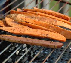 Süßkartoffel vom Grill: Eine Bereicherung für jeden Grillabend! An unseren Rezepten für vegetarisches Grillen werden nicht nur Gemüse-Fans ihre Freude haben. http://www.fuersie.de/grillen/artikel/rezepte-suesskartoffeln-grillen