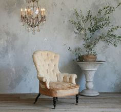 Patina on wall, old deconstructed chair and chandelier Casas Shabby Chic, Foto Baby, House Design Photos, Oldschool, Transitional House, Wall Finishes, Take A Seat, Shabby Chic Homes, Wall Treatments