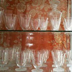 Conjunto de taças art deco com garrafa e jarra.