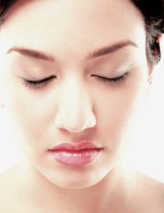 Serums that have a brightening function make dark spots on the skin lighter. These stains may be caused by the sun's rays or by acne scars