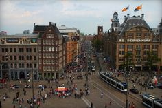 De Dam / Damsquare is the most famous square in Amsterdam and is surrounded by famous buildings as Dam Palace, big department store De Bijenkorf, Madame Tussauds and Grand Hotel Krasnapolsky