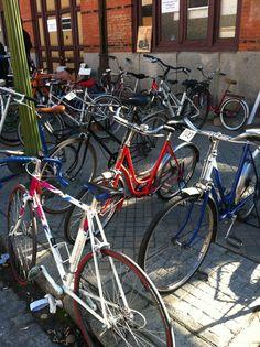 Bicis antiguas en venta en el rastrillo del Museo del Ferrocarril en Madrid
