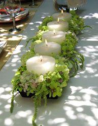 7.- Centro de mesa rectangular con velas y flores hortensia verde