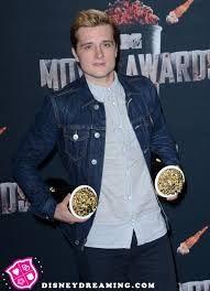 josh con los premios de jen y de él #mtvmovieawards