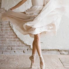 Ballerin in pointe shoes ballet photography Shall We Dance, Just Dance, Dance Photos, Dance Pictures, Tumblr Ballet, Tutu, Dance Like No One Is Watching, Ballet Photography, Ballet Beautiful