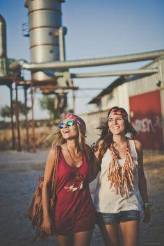 """... Dos modelos únicos ...  Para tus looks más #hippies. Dos cintas. El modelo Georgia confeccionado en seda fría cruzada de colores rojo, blanco y azulado.   El #modelo """"Los 70"""", también en seda estampada con goma forrada atrás y #lazo para un mejor ajuste.  Georgia: http://grettandhipp.com/tienda/turbantes/georgia/  Los 70: http://grettandhipp.com/tienda/turbantes/los-70/  Llévalas en todas las ocasiones.   Feliz martes   Equipo Grett & Hipp"""