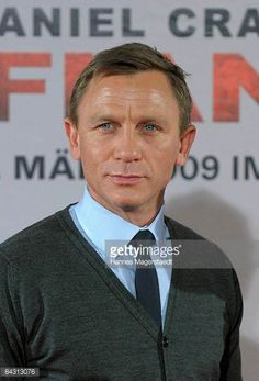 Actor Daniel Craig poses for the media during a photo call to promote the movie 'Defiance' on January 16 2009 in Munich Germany Daniel Craig Style, Daniel Craig James Bond, James Bond Style, New James Bond, Daniel Graig, Best Bond, Z Cam, Celebrity Dads, Celebrity Style