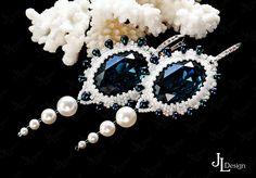 """Серьги """"Тайны морских глубин"""" выполнены с использованием жемчуга Сваровски и кристаллов Сваровски благородного темно-синего цвета, которые искрятся и переливаются при малейшем попадании света. В серьгах использованы швензы из серебра 925 пробы с циркониевыми вставками. Серьги выглядят очень элегантно и прекрасно дополнят любой образ."""