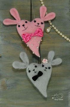Скоро 14 февраля — день Святого Валентина, день любви и романтики. И так повелось, что символом этого праздника стало сердце. Я предлагаю связать вам для подарка своим любимым и друзьям вот такого Сердешного Заю. Для вязания нам понадобится: - любая пряжа; - немного чёрных ниток для вышивки мордочки (у меня мулине); - крючок подходящего размера; - наполнитель для игрушек; - глазки (бусины,…