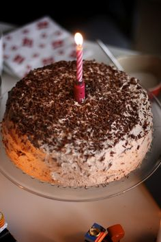 Denne lagkage vælger vi ofte når vi holder fødselsdag, fordi den smager himmelsk og fordi den simpelthen er så nem og hurtig at lave. Ops...