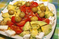 Ensalada de tomates cherry, aguacates, queso palmero y aceitunas