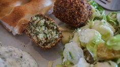 Kruidige falafel Falafel, Serious Eats, Salmon Burgers, Baked Potato, Baking, Ethnic Recipes, Food, Bread Making, Patisserie