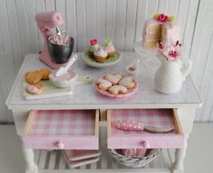 Its the Little Things: {Miniature Pink Baking Table} Small Kitchen Set, Diy Kids Kitchen, Mini Kitchen, Miniature Kitchen, Miniature Food, Miniature Dolls, Dollhouse Dolls, Dollhouse Miniatures, Mini Things
