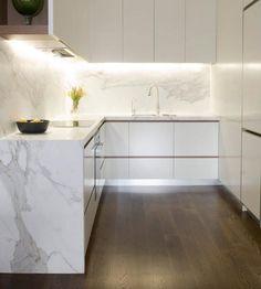 Design minimalista na cozinha clarinha {Por Justin Loe Architects} #design #architecture #kitchen Minimal design with clean lines inspo for a compact kitchen by Justin Loe.