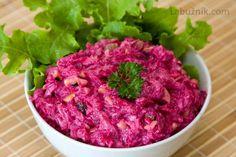 Salát z červené řepy  1000 gr červené řepy 4 stroužky česneku 2 lžíce strouhaného křenu 250 gr majonézy 150 gr bílého jogurtu 4 lžíce sekaných vlašských ořechů Očištěnou červenou řepu uvaříme doměkka a vychladlou oloupeme. Nastrouháme (velké slzy) a přidáme prolisované stroužky česneku, strouhaný křen, majonézu s jogurtem (nebo koupenou jogurtovou majonézu) a vlašské ořechy. Promícháme a necháme odležet. Beet Salad, New Menu, Vegetable Salad, Coleslaw, Baking Recipes, Salad Recipes, Raspberry, Cabbage, Good Food