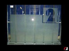 Ets-Effect met het cijfer 2 voor een etalage van een bedrijfspand.  #Spuiterij #Meubelspuiterij #interieurspuiterij #Deuren #binnendeuren #kozijnen #glas #Limburg #Parkstad #Heuvelland #Kerkrade #Spuiten #Verven #Ets #Cijfer #huisnummer #Etalage #Bedrijf #interieur #Bedrijfspand