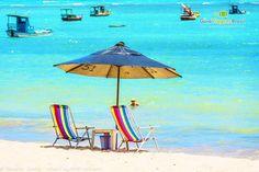 Imagem guarda sol e duas cadeiras a espera de turista e ao fundo bela vista da piscina natural da Praia de Ponta Verde, em Maceió, Alagoas.