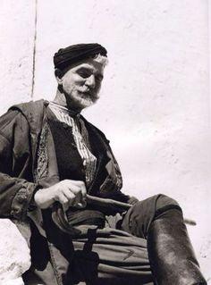 """Σφακιανός, 1939 Nelly's  Η Έλλη Σουγιουλτζόγλου-Σεραϊδάρη (23 Νοεμβρίου 1899 – 17 Αυγούστου 1998) γνωστή ως Nelly's από την αγγλική υπογραφή της υπήρξε θεματολογικά πρωτοπόρος φωτογράφος με διεθνή αναγνώριση. Ορισμένες από τις γνωστότερες φωτογραφίες της Nelly's έχουν σαν θέμα τους την Κρήτη και τους Κρητικούς.  Από το λεύκωμα: """"Πρόσωπα της Κρήτης"""""""