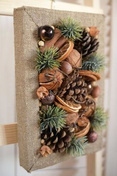 Pine Cone Crafts, Christmas Projects, Holiday Crafts, Holiday Decor, Diy Christmas Wall Decor, Wall Decor Crafts, Diy Crafts, Rustic Wall Decor, Home Decor