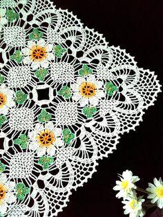 Este hermoso tapete cuadrado blanco con elementos pintados a mano. Será una gran decoración para su hogar. Adorable decoración en su hogar, se ven muy bien en cualquier mesa. Hecho de algodón, lavar a mano. Tamaño: 58 x 58cm (22,8× 22,8) Gracias por tu interés en mi tienda