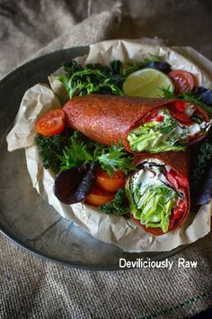 Red Pepper & Tomato RawVegan Wrap with Mayonnaise and 2 Dipping Sauces. Had this yummy little creation for breakfast today. Superfood Recipes, Raw Food Recipes, Dinner Recipes, Healthy Recipes, Raw Wraps, Vegan Wraps, Gluten Free Wraps, Raw Desserts, Wrap Sandwiches