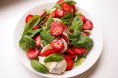 Kesän helpoin arkiruoka: mansikka-mozzarellasalaatti