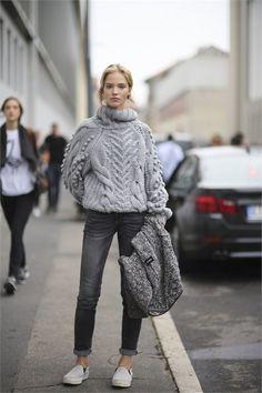 Den Look kaufen:  https://lookastic.de/damenmode/wie-kombinieren/grauer-strickpullover-dunkelgraue-enge-jeans-graue-slip-on-sneakers/4862  — Graue Slip-On Sneakers  — Dunkelgraue Enge Jeans  — Grauer Strickpullover