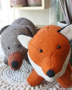 Tirelires, renard et ours, disponibles en ligne.  Faites à la main Gadgets, Dinosaur Stuffed Animal, Bb, Animals, Fox, Bears, Handmade, Fishing Line, Animales