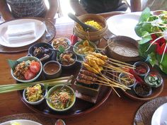 Bali cuisine of Indonesia - Wikipedia. Sushi, Indonesian Cuisine, Asian Recipes, Ethnic Recipes, Mets, Ubud, Cooking Classes, Good Food, Dishes