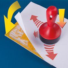 Na destičku položíme papír, na který vytvoříme obtisk. Důležité je papír přitisknout rovnoměrně přes celý podklad.